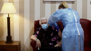 Personal sanitario administra a una mujer de 92 años la segunda dosis de la vacuna contra el covid-19 de Pfizer-BioNTech en la residencia DomusVi Sabadell Ciutat, el pasado 21 de enero.