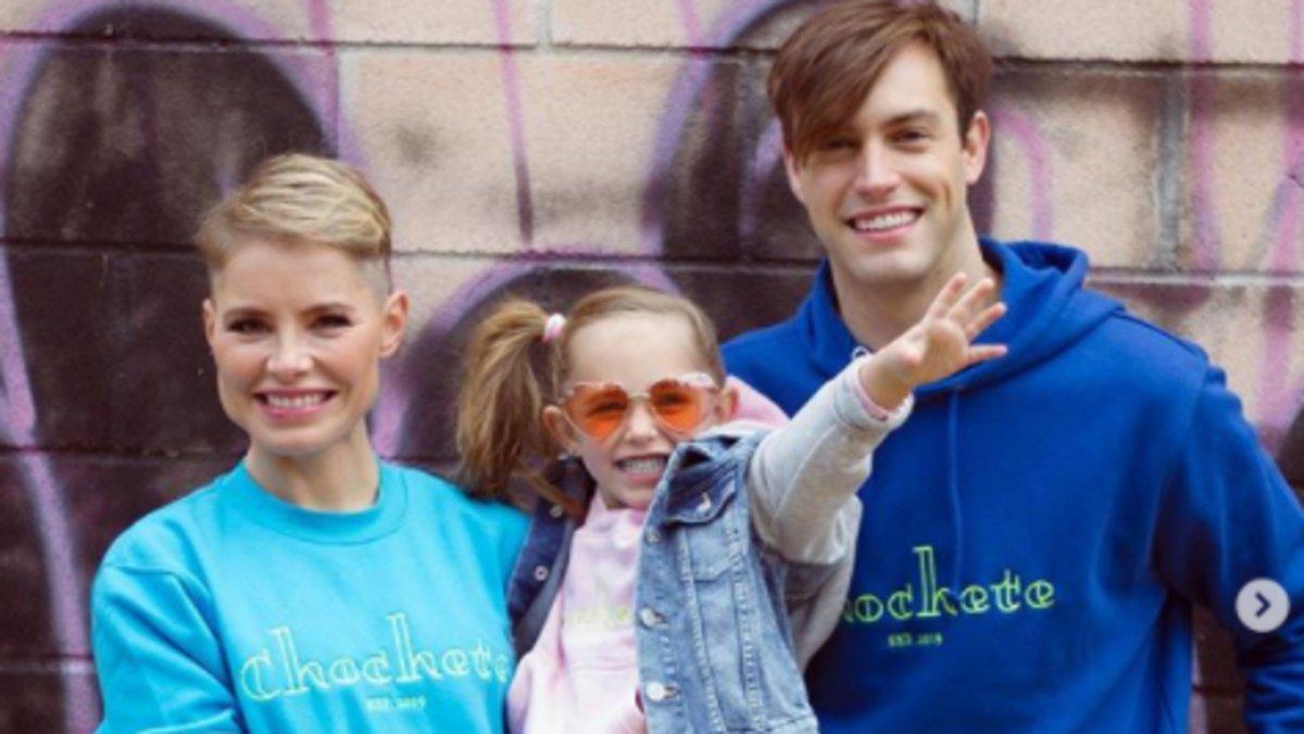 Soraya Arnelas con su marido, el modelo Miguel Ángel Herrera, y su hija, Manuela, vestidos con sudaderas Chochete.