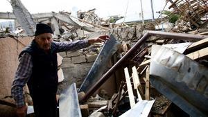 Guenadi muetracomo ha quedado su casa tras el bombardeo.