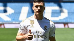 El delantero serbio Luka Jovic en su presentación con el Real Madrid.