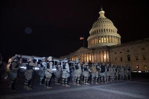 El FBI alerta de posibles protestas armadas de los seguidores de Trump ante la posesión de Biden. En la foto, la Guardia Nacional, ante las puertas del Capitolio.