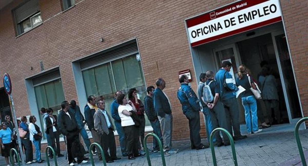 Parados haciendo cola en una oficina de empleo de Madrid.