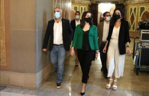 La líder de Ciudadanos, Inés Arrimadas, junto a Carlos Carrizosa y Lorena Roldán, este lunes en el Parlament.