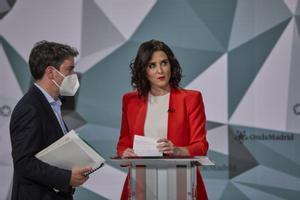 Isabel Díaz Ayuso (PP) habla con un asesor, minutos antes de que empiece el debate de Telemadrid.