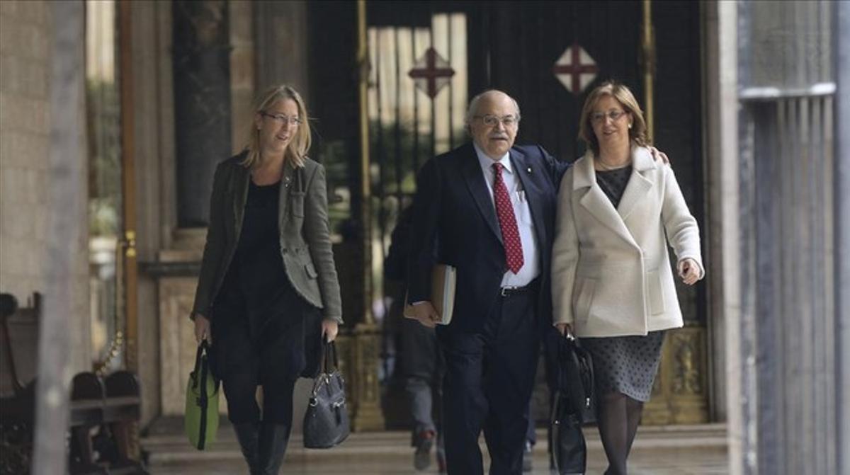La consellera Irene Rigau, a la derecha, en el Palau de la Generalitat el 11 de marzo pasado.