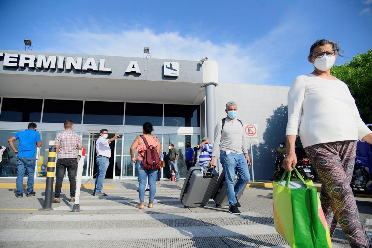 Pasajeros hondureños del vuelo humanitario procedente de Madrid (España) arribaron al aeropuerto Ramón Villeda Morales de La Lima (Honduras). Aproximadamente 200 hondureños han sido repatriados desde España.