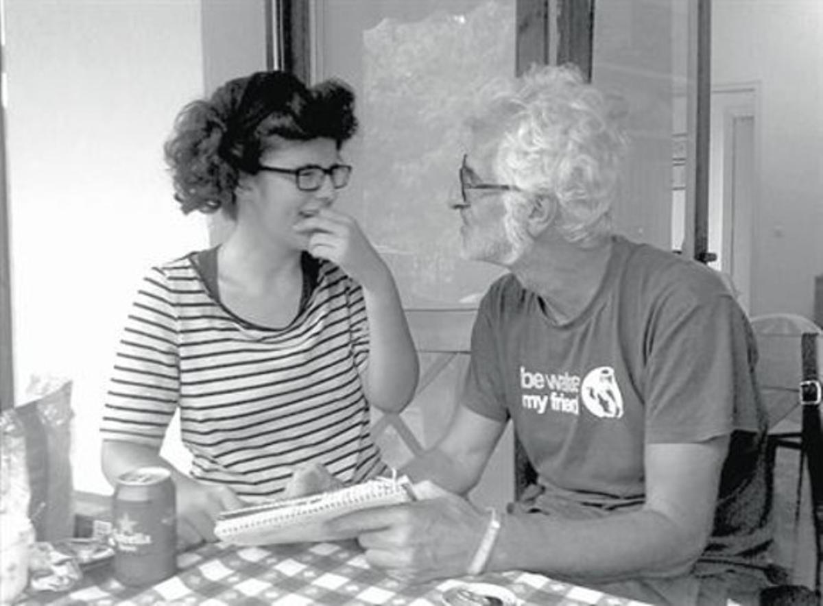 PADRE E HIJA Gallardo dibuja para María, arriba en una página del cómic, abajo en una foto del propio libro.