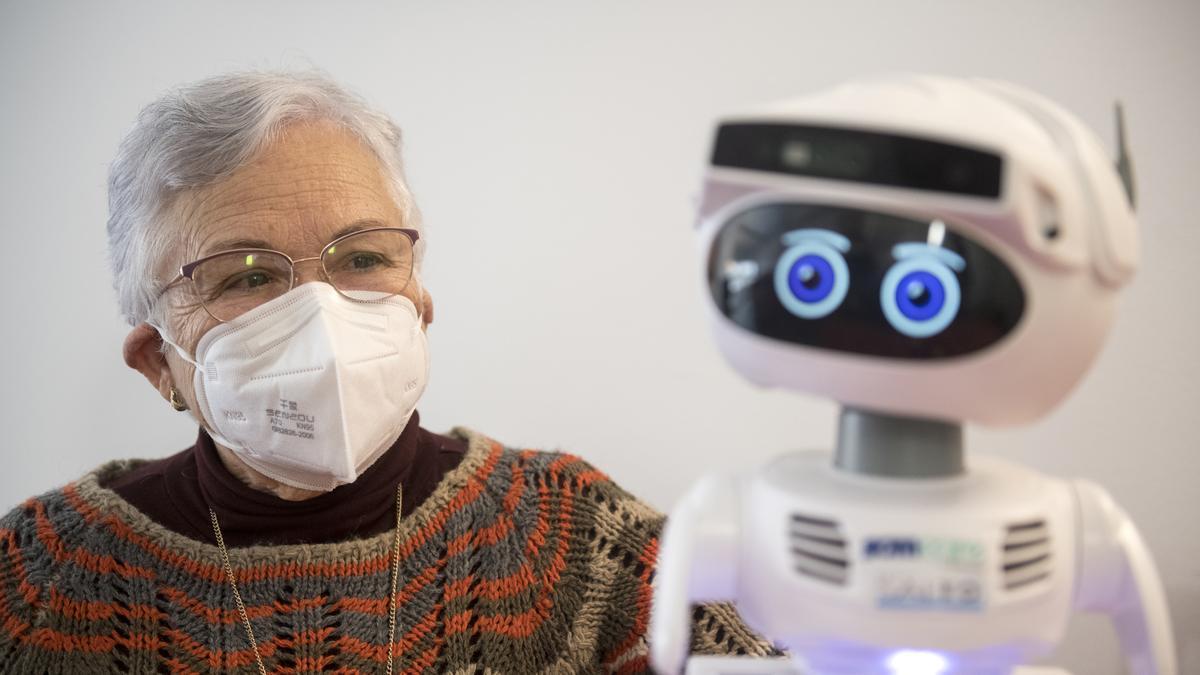 Ana Margarita Fernández, una mujer de 75 años que vive sola, convive con Misty, un robot que le acompaña y le ayuda en su día a día.