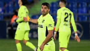 El atacante del Atlético Luis Suárez se lamenta tras una ocasión fallada en el último partido.