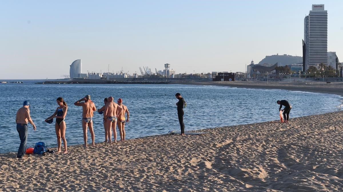 Deportistas federados, ayer, en la playa del Bogatell.