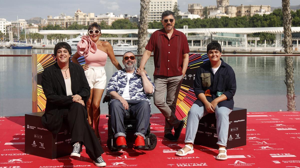 Bob Pop, en el centro, con los actores principales de la serie 'Maricón perdido'.