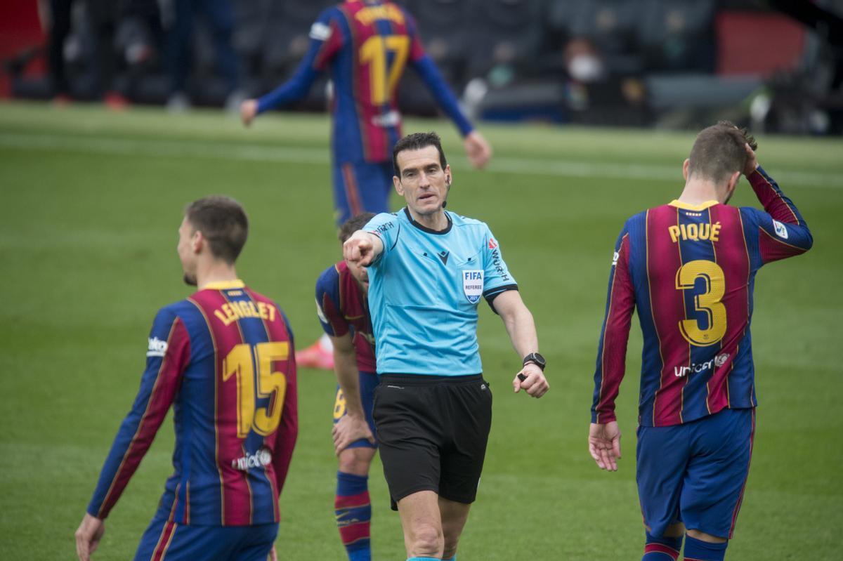 Lenglet y Piqué, abatidos tras el penalti que señaló el colegiado Martínez Munuera.