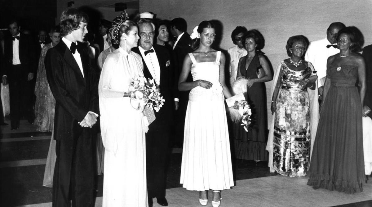 El príncipe Rainiero III posa con su esposa, la princesa Grace y sus dos hijos, Carolina y Alberto, en el Baile de la Rosa, el 9 de agosto de 1974.