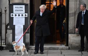 El primer ministro británico, Boris Johnson, saluda a su llegada a su colegio electoral en el centro de Londres.