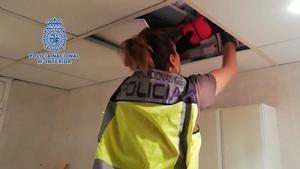 En el video, momento en que los agentes localizan 45.000 euros durante el registro en la casa del narcotraficante.