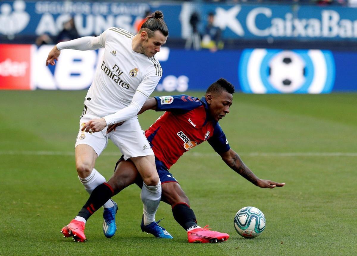 El ecuatoriano de Osasuna Pervis Estupiñán (d) le roba un balón a Bale.