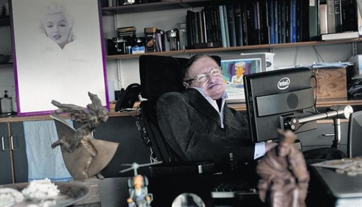 Stephen Hawking, fotografiado en su despacho de la Universidad de Cambridge. A sus espaldas, un retrato de Marilyn Monroe.
