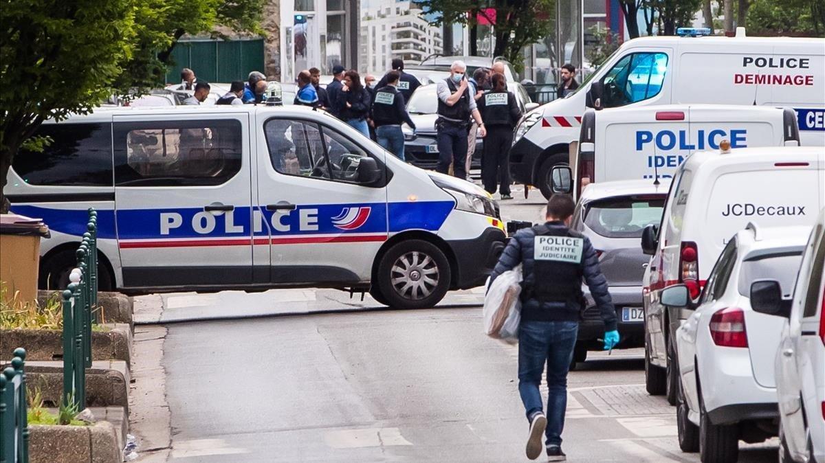 Un hombre atropella voluntariamente a dos policías cerca de París