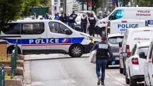 Un home atropella voluntàriament dos policies a prop de París