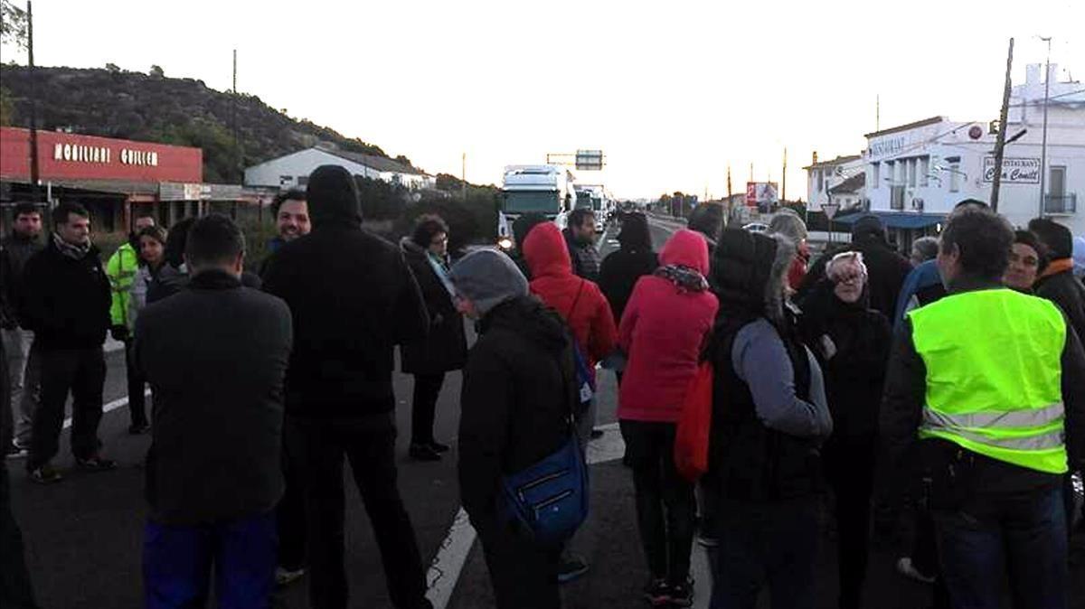Cortes de tráfico en la N-340, a la altura de Les Cases d'Alcanar, este lunes.