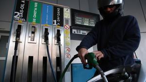 Un cliente pone gasolina en Barcelona.