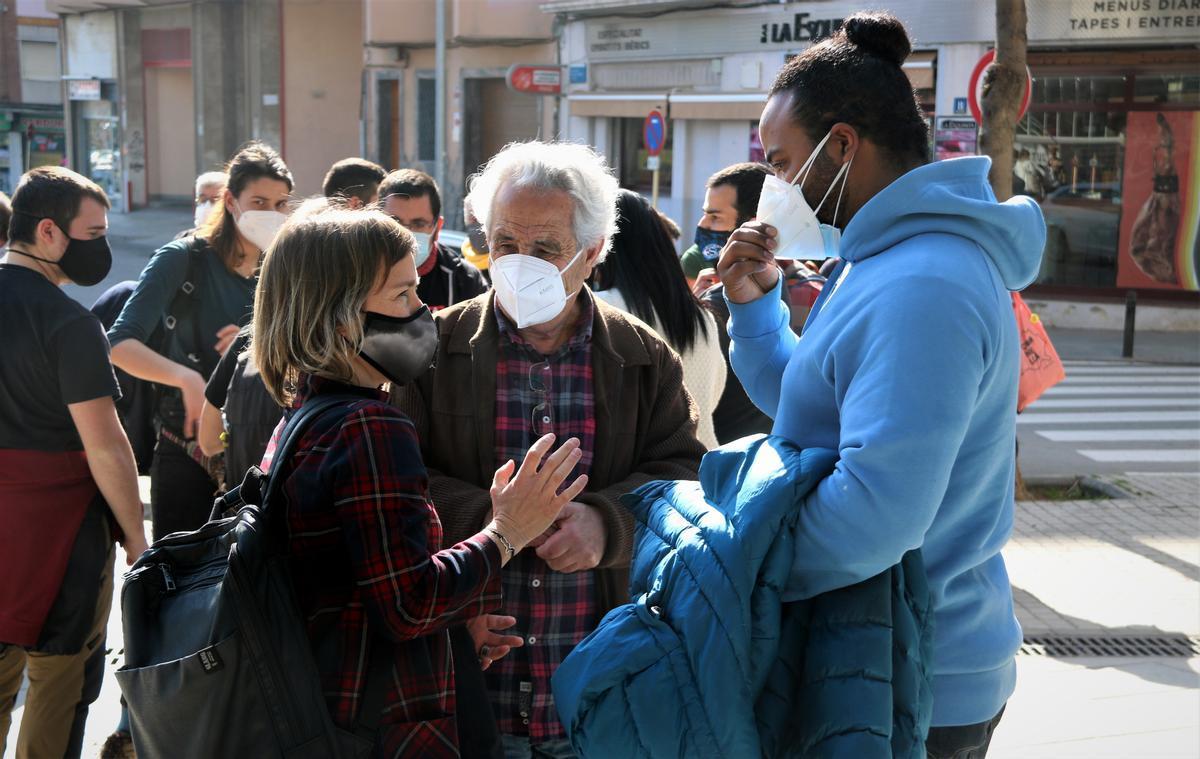 Imagen de la abogada Laia Serra hablando con los dos investigados en la puerta de los juzgados de Cornellà de Llobregat.