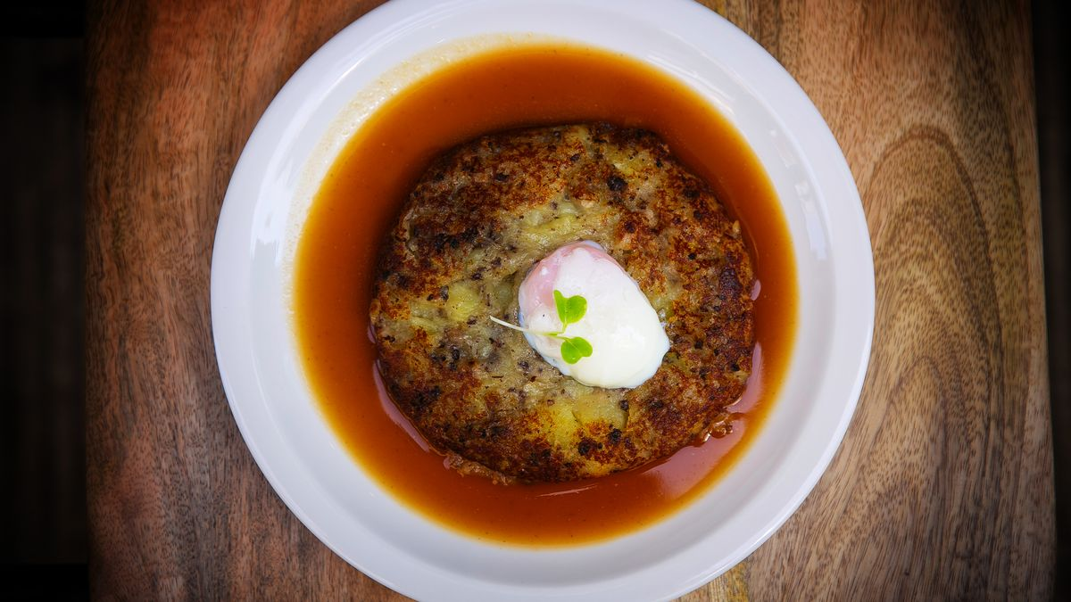 Las patatas enmascaradas con huevo escalfado.