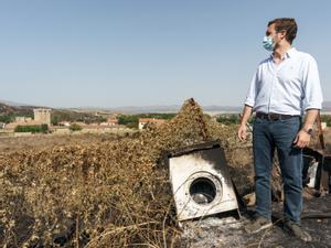 El líder del PP, Pablo Casado, visita la zona afectada por los incendios en Ávila, en la localidad de Villaviciosa, este 24 de agosto de 2021.