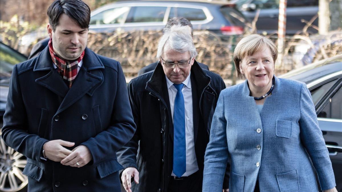 Merkel llega a la sede del SPD, en Berlín, para participar en la negociación, este domingo, 4 de febrero.