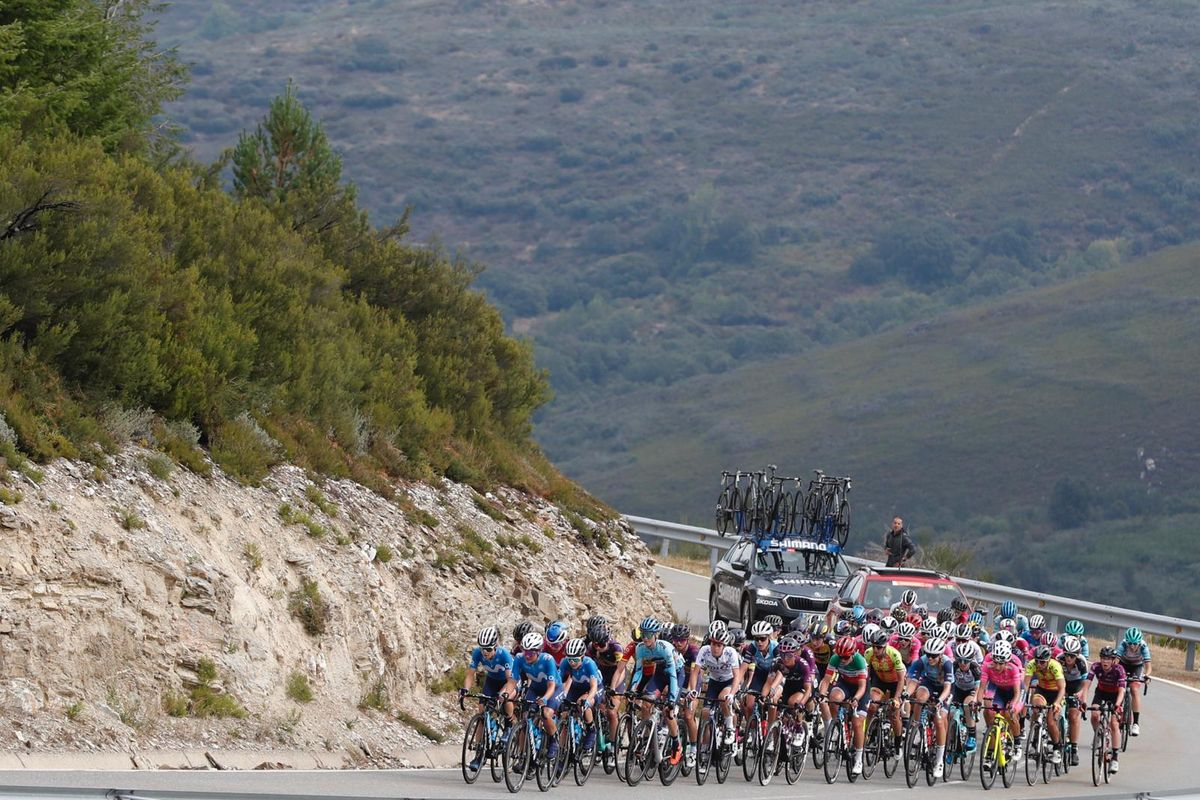 El pelotón de la Vuelta, en los primeros kilómetros de la etapa reina.