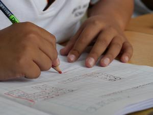 La peculiar lista de deberes de este profesor a sus alumnos para el verano