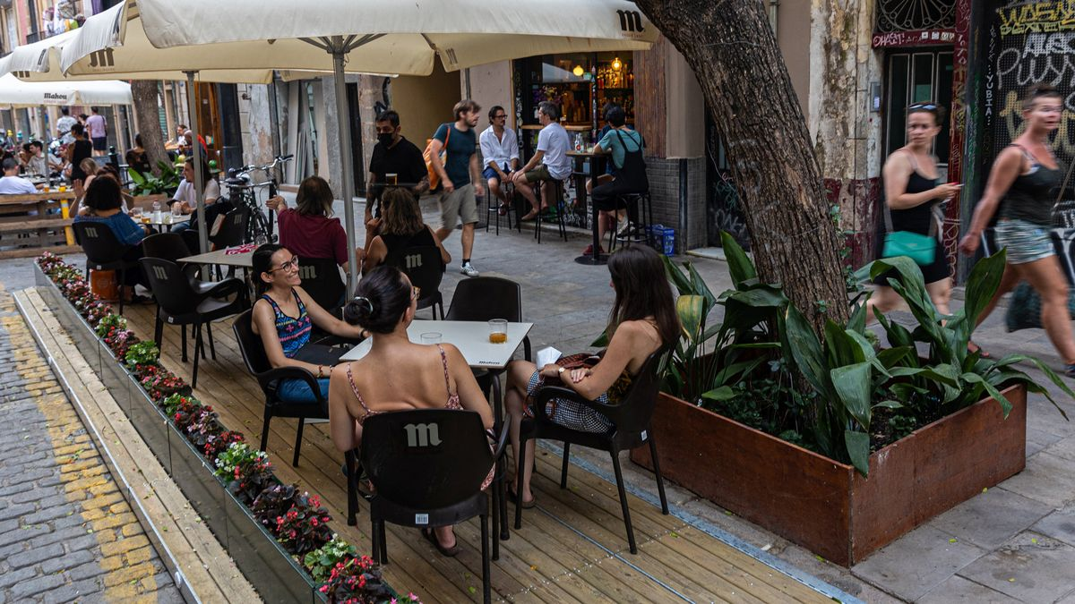 Las nuevas terrazas de Barcelona que sustituyen los bloques de hormigón. C/ Portal Nou, 23. (Ciutat Vella) Prototipo de Urbadis Microarquitectura