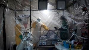 Tres médicos atienden a un enfermo de ébola en la República Democrática del Congo
