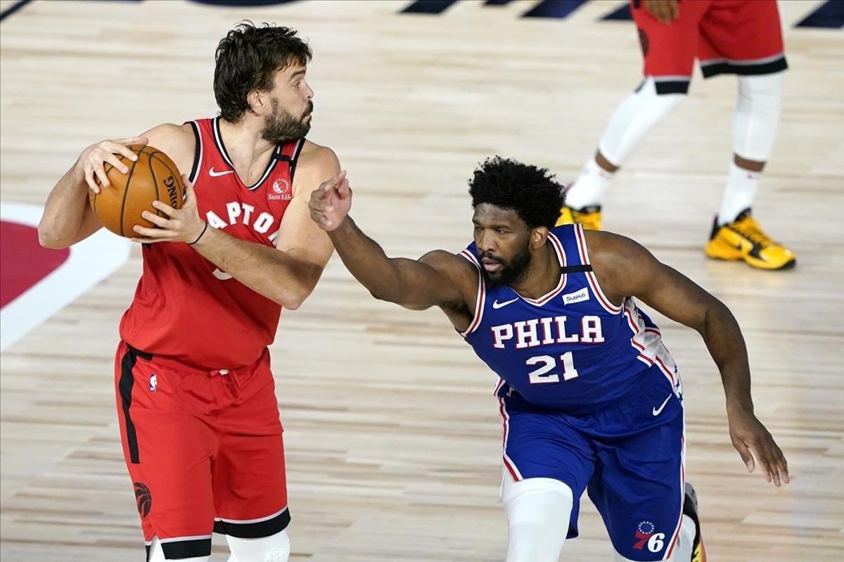 Marc Gasol controla el balón en presencia de Embiid