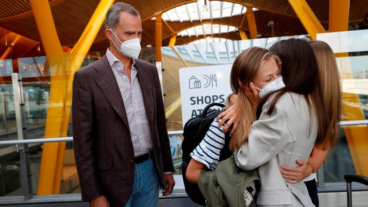La princesa Leonor y su madre, la reina Letizia, se funden en un profundo abrazo, al que se une la infanta Sofía y ante la mirada del rey Felipe en la despedida en el aeropuerto de Madrid, este lunes.