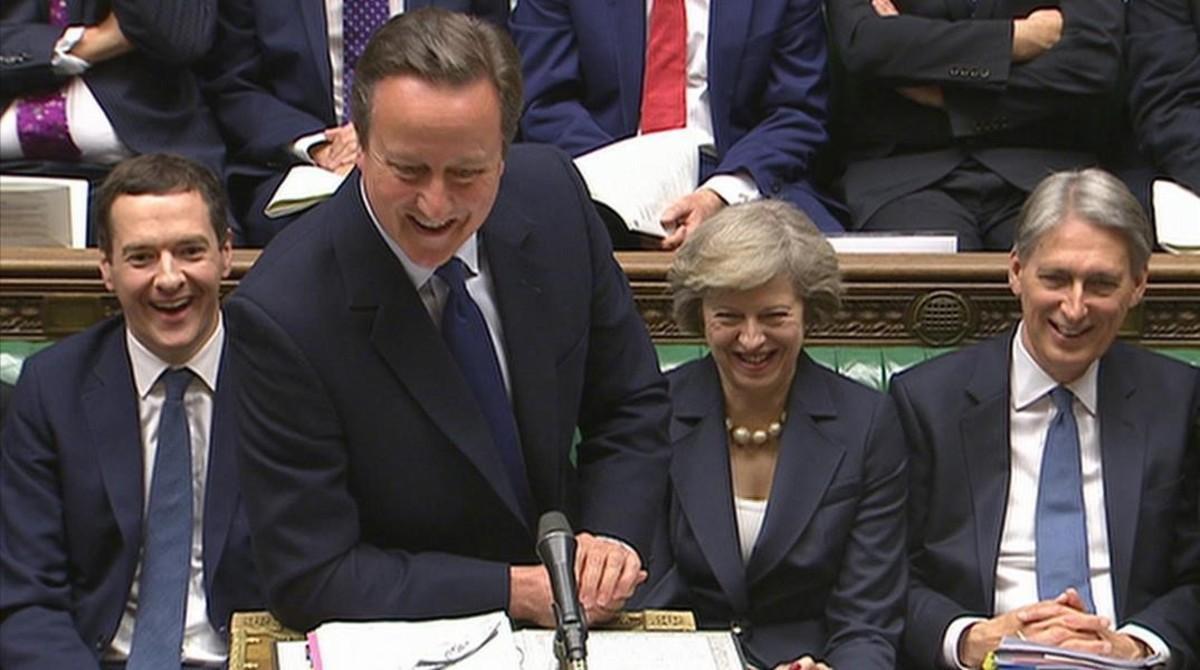 Cameron (centro) sonríe en su último discurso en la Cámara de los Comunes, en Londres.