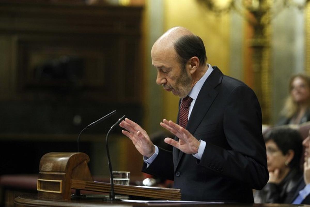 Alfredo Pérez Rubalcaba critica la gestión de Rajoy en el debate sobre el estado de la nación.