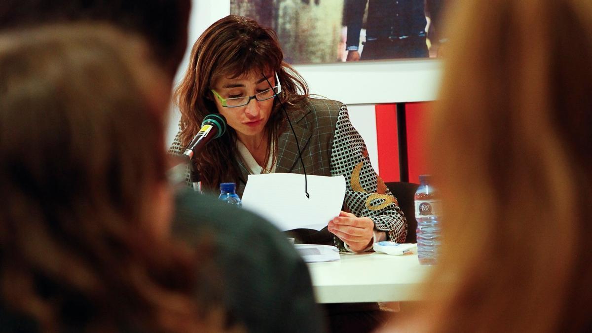 La escritora Eva Piquer, recitando un poema de Salvador Iborra en el 2011.