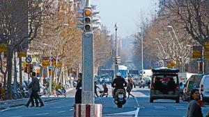 Los antiguos semáforos en el centro de los cruces de Urgell con Buenos Aires y, al fondo, Londres, ayer.
