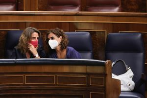 El Gobierno detraerá beneficios de las eléctricas para bajar el recibo de la luz. En la foto, la vicepresidenta tercera, Teresa Ribera, junto a la ministra de Hacienda, María Jesús Montero, en el Congreso.