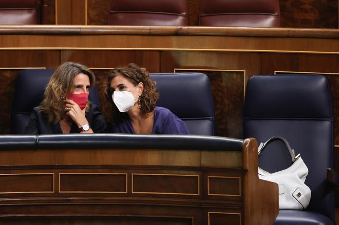 La vicepresidenta tercera, Teresa Ribera, junto a la ministra de Hacienda, María Jesús Montero, en el Congreso.