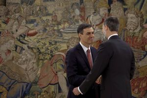 GRAF1610. MADRID, 02/06/2018.- GRAF1592. MADRID, 02/06/2018.- El nuevo presidente del Gobierno, Pedro Sánchez (i), saluda al rey Felipe tras el acto de toma de posesión de su cargo que ha tenido lugar hoy en el Palacio de la Zarzuela en el que la novedad ha sido que por primera vez en democracia, lo ha hecho ante la Constitución, pero sin presencia de la Biblia y del crucifijo. EFE/Emilio Naranjo ***POOL***