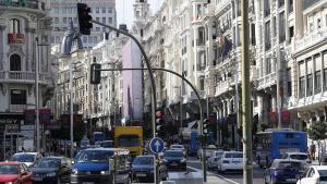 GRA355  MADRID  04 10 2017 - Imagen de la calle Gran Via de Madrid  que sera cerrada al trafico en las Navidades proximas y al termino de esa epoca el Ayuntamiento mantendra de forma definitiva las medidas de restriccion del trafico de vehiculos privados  segun ha anunciado hoy el delegado de Desarrollo Urbano Sostenible  Jose Manuel Calvo  EFE CHEMA MOYA
