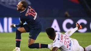 Tiago Mendes, el defensa del Lyon, realiza una dura entrada sobre el tobillo izquierdo de Neymar.