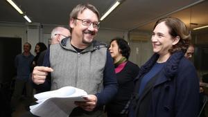 El portavoz de En Comú Podem en el Congreso, Xavier Domènech, y la alcaldesa de Barcelona, Ada Colau, el pasado 19 de diciembre.
