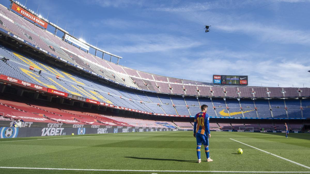 Messi se dispone a lanzar una falta en un Camp Nou completamente vacío.