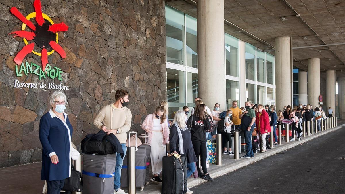 Varios turistas hacen cola para tomar un taxi a su llegada al aeropuerto César Manrique de Lanzarote, el pasado noviembre.