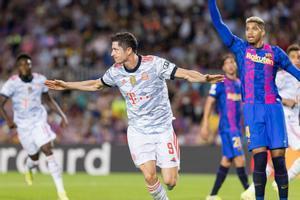 Lewandovski celebra uno de sus goles en el Camp Nou