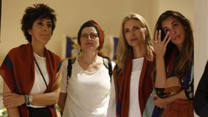 Judith Mascó y Ona Carbonell, a la derecha, en la presentación del pañuelo solidario.