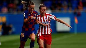 La noruega Caroline Graham y la extremeña Carmen Meyano disputan el balón durante el Barça-Atlético del pasado sábado en el estadio Johan Cruyff.